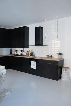 Kuvia keittiöistämme (vanhoista ja nykyisestä).. Pari ylimääräistä laattaa wc:n lattiasta jäi myös keittiöön.. Betonilaatat pannunalusina.. Uusi remontoitu avokeittiömme.. Uusi remontoitu avokeittiömme.. Uusi remontoitu avokeittiömme. Modern Kitchen Design, Interior Design Kitchen, Black Kitchens, Home Kitchens, Mansion Kitchen, Kitchen Gallery, Living Room Kitchen, Beautiful Kitchens, House Rooms