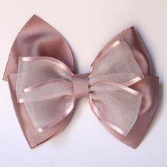 Lazo para el pelo triple, combina dos telas en tonos rosas.