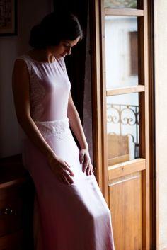 Vestido largo rosa con aplicaciones de encaje natural en cintura y laterales