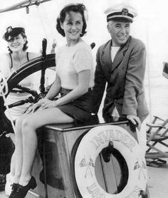 Franklin Ardell, Norma Shearer, Paulette Goddard and Charlie Chaplin off the coast of Catalina Island, 1934 Charlie Chaplin, Classic Hollywood, Old Hollywood, Hollywood Glamour, Hollywood Couples, Celebrity Couples, Chaplin Film, Muse, Santa Catalina Island