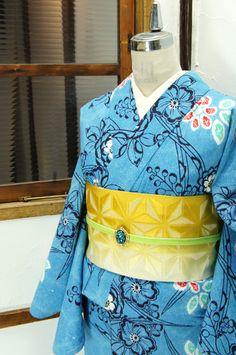 愁いをおびた空色に、辻が花染を思わせる柔らかな華やぎと楚々とした品の良さが調和した花模様が浮かび上がる注染レトロ浴衣です。 #kimono