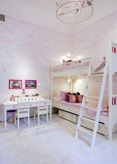 Våningssäng från Farmhouse, sänglinne från Designers guild. Egendesignat skrivbord och lampor, Ikea.