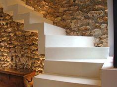 Escalier béton mur pierres