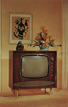 Wish TV's would blend in better with the furniture nowadays Objets Antiques, Retro Vintage, Lampe Art Deco, Vintage Television, Television Set, Vintage Interiors, Retro Home, Aesthetic Vintage, The Good Old Days