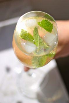 Hugo Cocktail - Seine Erfolgsgeschichte begann 2005 in einer Bar in Südtirol. Seitdem ist der Hugo nicht mehr zu stoppen und erobert erfolgreich jede Bar.