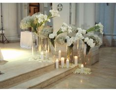 ATMOSFERE ROMANTICHE E SUGGESTIVE TRA CANDELE, PETALI E FIORI BIANCHI a Linea Verde Church Wedding Ceremony, Wedding Entrance, Wedding Book, Gold Wedding, Wedding Flowers, Altar Flowers, Church Flowers, Elegant Flowers, White Flowers