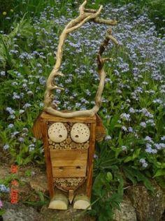 Mason bee housing with a wink! Dragon Garden, Garden Bugs, Garden Pests, Bug Hotel, Garden Crafts, Garden Art, Eyfs Outdoor Area, North Garden, Mason Bees