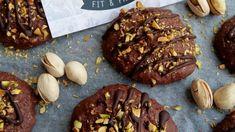 Mäkučké čokoládové koláčiky, ktoré vyzerajú aj chutia výborne. Posypané chrumkavými pistáciami a preliate čokoládou im neodolá naozaj nikto. Food Inspiration, Low Carb Recipes, Beef, Treats, Cookies, Chocolate, Desserts, Fit, Low Carb