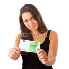 Junge Frau freut sich über 100 Euro Gehaltserhöhung.