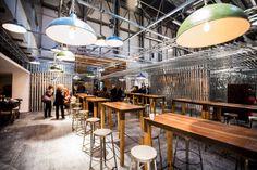 Ideas de #Decoracion de #Cafeteria, #Bar, #Restaurante, estilo #Moderno diseñado por Q:NØ ARQUITECTOS Arquitecto con #Mesas de comedor #Pergola #Rehabilitación #Taburetes #Madera  #CajonDeIdeas