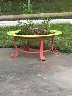 Repurposed an old fire pit into a planter for Mother's Day. fire pits repurpose Repurposed an old fire pit into a planter for Mother's Day. Metal Fire Pit, Diy Fire Pit, Fire Pit Backyard, Fire Pits, Backyard Fireplace, Old Fireplace, Modern Fireplace, Fire Pit Furniture, Outdoor Furniture Sets