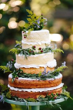 Naked cakes. The new thing. Love them. This is form Delliguez Custom #nakedcakes #flowers #weddingcake
