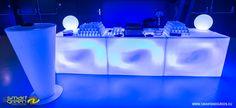 Die clever konzipierte leuchtende Bar von S&G ist so schön, wie sie funktional ist. S&G: LED-Lichter, Außenbeleuchtung, Gastronomiebeleuchtung.