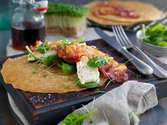 Pannekaker fylt med bacon, brie og lønnesirup | Oppskrift | Meny.no Brie, Pancakes, Bacon, Food And Drink, Chicken, Ethnic Recipes, Desserts, Inspiration, Tailgate Desserts