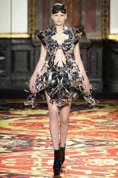 futuristic-womens-fashion-VOLTAGE-Iris-van-Herpen-Spring-Couture-2013.jpg (598×897)