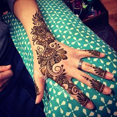 Modern floral henna by Victoria Welch #blurberrybuzz #henna #minneapolis