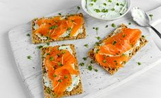 Homemade Crispbread toast with Smoked Salmon, Melted Cheese and cress. Flan, Tapas, Healthy Desayunos, Appetizer Recipes, Appetizers, Cress, Melted Cheese, Smoked Salmon, Canapes