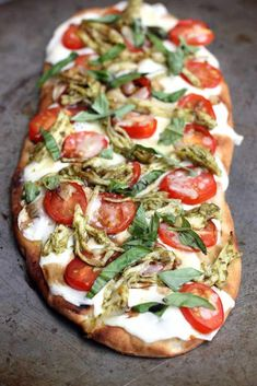 Chicken Caprese Flatbread -Pesto Chicken Caprese Flatbread - All my friends raved about these fried chicken sandwiches! This recipe for fried chicken is surprisingly easy and SO GOOD. Just soak, dredge, and fry! Pollo Caprese, Caprese Chicken, Pesto Chicken, Chicken Pizza, Fried Chicken, Chicken Flatbread, Naan Pizza, Gula, Cooking Recipes