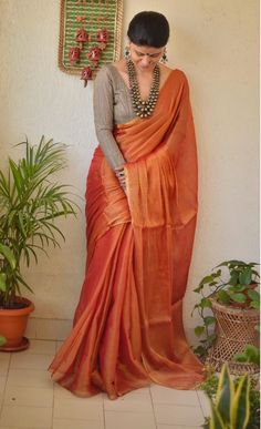 How to Look Stylish in Sarees - Saree Styles Cotton Saree Designs, New Saree Designs, Silk Saree Blouse Designs, Fancy Blouse Designs, Saree Blouse Patterns, Skirt Patterns, Coat Patterns, Sari Bluse, Modern Saree