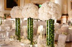 ideen-dekoration-sommerhochzeit-farben-grün-weiß-Vasen-Blumensträuße