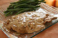 Ingrédients 4 escalopes de veau (320 g); 2 c. s. de crème; 125 g de champignons de Paris, émincés; 2 c. c. de farine blanche; 30 g de beurre; 1 petit oignon émincé; 125 ml de bouillon de boeuf. Mét…