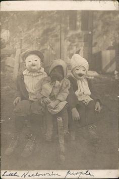 """odditiesoflife: """"Creepy Vintage Halloween Photographs These wonderfully creepy images of Halloween's past come from the book, Haunted Air. The book features dozens of anonymous vintage Halloween. Photos D'halloween Vintage, Vintage Halloween Photos, Photo Vintage, Halloween Pictures, Vintage Photographs, Vintage Portrait, Vintage Kids, Photo Halloween, Vintage Halloween"""