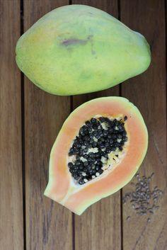 ¿Has probado la papaya? Puedes incluir este alimento en dietas de control de peso y en dietas reducidas en grasa. Su aporte de calorías es muy bajo, aproximadamente unas 32 kcal por cada 100 gr de porción comestible.