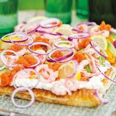 """""""Jag gillar att bjuda på smördegsflarn toppat med goda råvaror, det ser så frestande ut dessutom. Här har jag lagt på en mycket god kesoröra, räkor avokado, löjrom och… Appetizer Recipes, Snack Recipes, Cooking Recipes, Swedish Cuisine, Swedish Recipes, Brunch Party, Party Food And Drinks, Recipes From Heaven, Food Inspiration"""