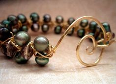 simple beaded bracelet. With more tutorials in the site