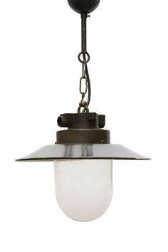 Mooie oude fabriekslamp. Hanglamp aan ketting. Bakelieten houder met emaille hoed. Onder de hoed is een glazen kap bevestigd, cilindrisch van vorm. De lampenkap kan ook rechtstreeks tegen het plafond worden bevestigd, dus zonder ketting. Fabriekslamp dateert uit ca. 1950.