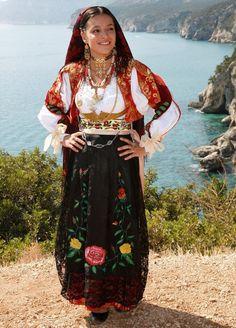 traditional folk costume from Sardegna, Italy Traditional Fashion, Traditional Dresses, Folk Clothing, Italian Clothing, Costumes Around The World, Italian Outfits, Beauty Around The World, Mode Boho, Ethnic Dress
