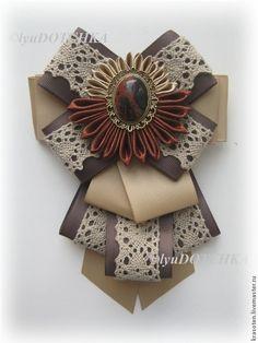 Купить или заказать Галстук-брошь 'Царский подарок' в интернет-магазине на Ярмарке Мастеров. Галстук с натуральным природным камнем (яшма) и вязаным хлопковым кружевом выглядит богато и задаст неповторимый строго-элегантный образ. Изготовлю в нужном для вас цвете, украшение к броши-галстуку возможно подобрать индивидуально для вас.… Ribbon Jewelry, Fabric Jewelry, Jewelry Crafts, Fabric Ribbon, Ribbon Bows, Fabric Flowers, Ribbons, Ribbon Crafts, Fabric Crafts