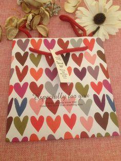 sacchettino regalo con cuori colorati con scritta di ShockingStore