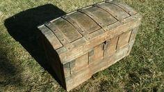 Baúl antiguo de chapa y madera