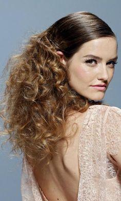 Catorce peinados para #novias con pelo rizado - Contenido seleccionado con la ayuda de http://r4s.to/r4s