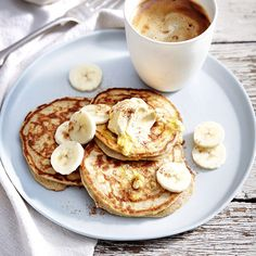 banana pancakes recipe: Wondering what to do with over ripe bananas? Learn how to make banana pancakes using 3 ingredients! All you need to add is an egg and some flour. Pancakes Weight Watchers, Weight Watchers Meals, Ww Recipes, Snack Recipes, Healthy Recipes, Delicious Recipes, Pancake Recipes, Healthy Snacks, Dessert Recipes