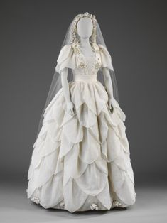 Wedding-dress made by Neymar worn on August 1976 by Angela Stamp when she married Howard Fineman. Wedding-dress made by Neymar worn on August 1976 by Angela Stamp when she married Howard Fineman. Vintage Outfits, Vintage Gowns, Vintage Mode, Vintage Bridal, Vintage Hats, 1870s Fashion, Victorian Fashion, Vintage Fashion, Victorian Era