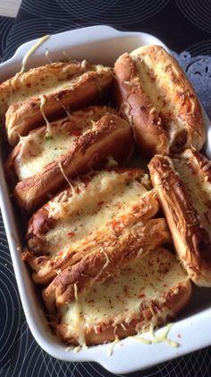 Special hot dog  Sandwich gevuld met ketchup, spitskool, tomaat, worst en gemalen kaas.