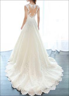 Wunderschönes Brautkleid aus Spitze in A-Linie. V-Ausschnitt mit Trägern, transparentes Rückenteil mit Knöpfe verziert.