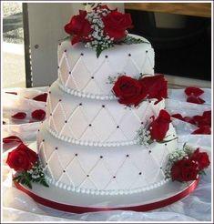 Gâteau matelassé blanc et fleurs rouges
