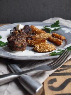 Feta Frikadellen mit Sesamkartoffelspalten