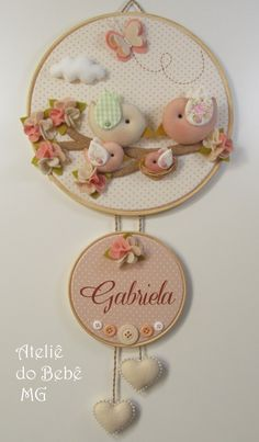Quadro Bastidor DUO Família Pássaros Baby Crafts, Felt Crafts, Home Crafts, Diy And Crafts, Felt Wreath, Felt Garland, Sewing Crafts, Sewing Projects, Projects To Try