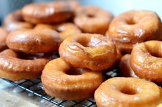 The Pioneer Woman's Homemade Glazed Doughnuts! Easy recipe looks delish Food Network Star, Food Network Recipes, Pioneer Woman Recipes, Pioneer Women, Homemade Donuts, Donut Glaze, Donut Recipes, Pastry Recipes, Cat Recipes