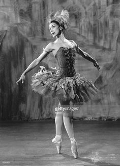 "Margot Fonteyn dancing the lead in Stravinsky's ballet ""The Firebird"". Photo by Baron, circa Sur les pointes, ballet beautie ! Vintage Ballerina, Ballerina Tutu, Ballet Tutu, Ballet Dancers, Theatre Costumes, Ballet Costumes, Dance Costumes, Firebird, Ballet Russe"