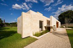 Diseño de moderna casa hacienda con paredes hormigón blanco | Construye Hogar