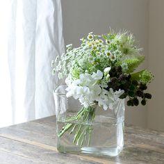 Green Flowers, Cut Flowers, White Flowers, Beautiful Flowers, Ikebana Flower Arrangement, Modern Flower Arrangements, Flower Centerpieces, Flower Vases, Romantic Flowers