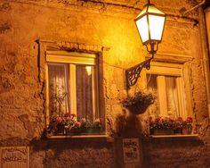 Chegamos em Zagreb na Croácia no final da tarde. Na verdade passamos por ali somente para pegar um ônibus que nos levaria a Budapeste. Tivemos tempo para passear um pouco no centro histórico e achamos a cidade  muito romântica. A iluminação incandescente e indireta refletindo nos casarões antigos eram um charme só. Perfeito para tomar um vinho e namorar  Você já foi à Zagreb? O que achou da cidade?  #Comospesnomundo #comospesnacroacia  #zagreb #croacia #europa #eurotrip #Blogsdeviagem…