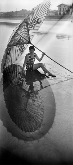 """frenchvintagegallery: """" Shadow and reflection, Hendaye, August 1927 by Jacques Henri Lartigue """" Japanesque! Jacques Henri Lartigue Shadow and reflection - Hendaye, France - August 1927 Eye Photography, Vintage Photography, Fashion Photography, Photography Series, Black White Photos, Black And White Photography, Yvonne Printemps, Moda Pin Up, Foto Fashion"""