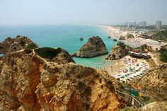 The Três Irmãos Beach (also known as Alvor Nascente Beach) is located in between the Alvor Beach and the Prainha Beach. This Beach is surrounded by golden cliffs, its waters are calm and crystalline and has a good assortment of quality facilities. The beach has good conditions for Surf…
