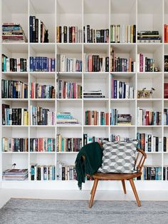 37 Smart Ideas To Organize Your Books At Home Entertainment Center Kitchen, Floating Shelves Entertainment Center, Room Organization, Bathroom Cabinet Organization, Bathroom Cabinets, Cool Bookshelves, Bookshelf Plans, Book Shelves, Bookcase